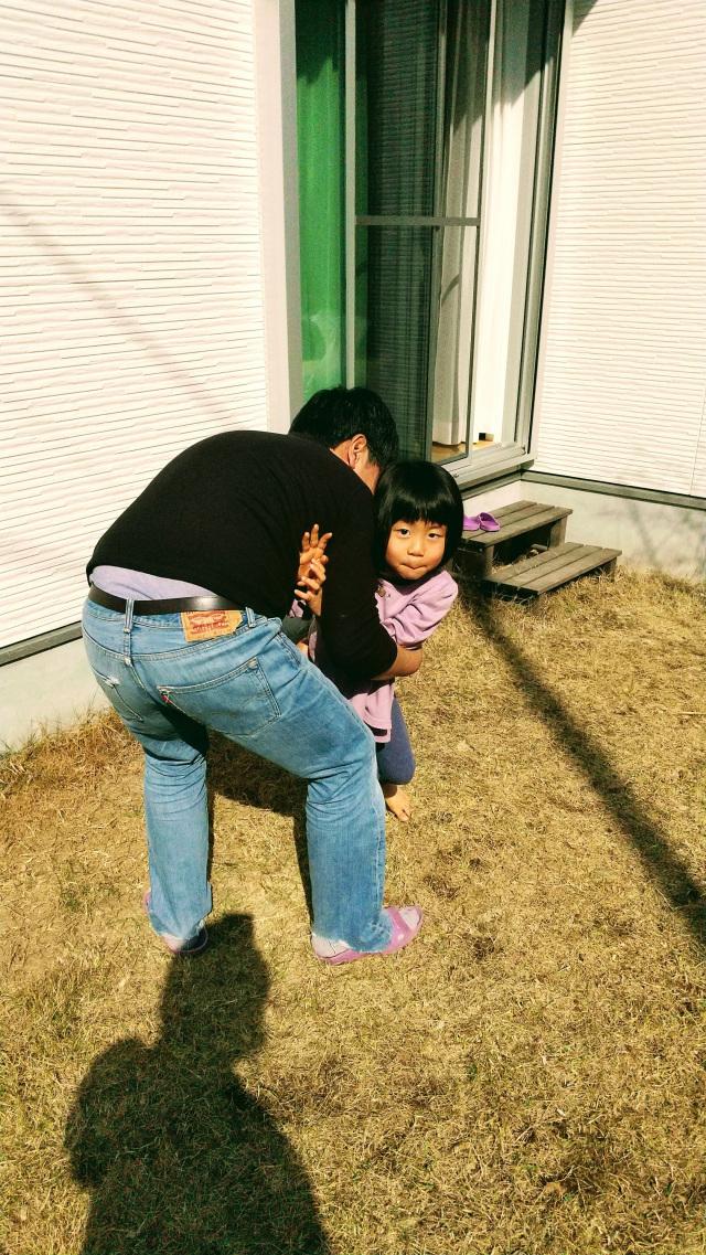 お父さんとお庭でお相撲